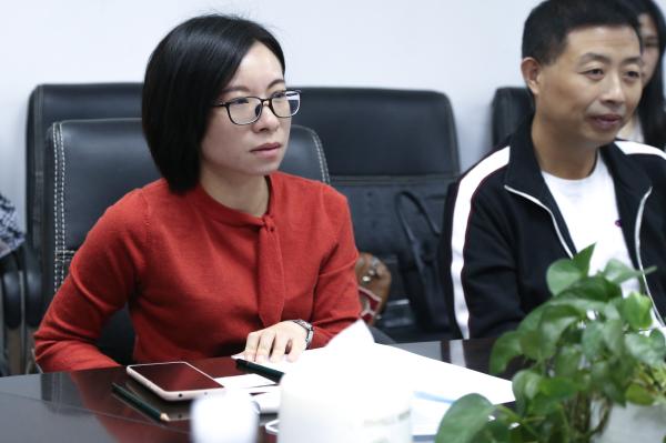 中陶城集团企划部副总监曾绮文和佛山市陶瓷行业协会主任占琪