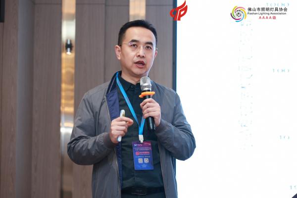 中山大学电子与信息工程学院教授、博士生导师刘扬则介绍了《第三代半导体新赛道——氮化物功率半导体技术发展动态》